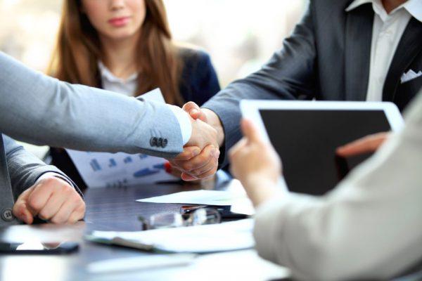 Nhân viên hỗ trợ kinh doanh cần giải đáp câu hỏi của khách hàng khi họ thắc mắc về dịch vụ