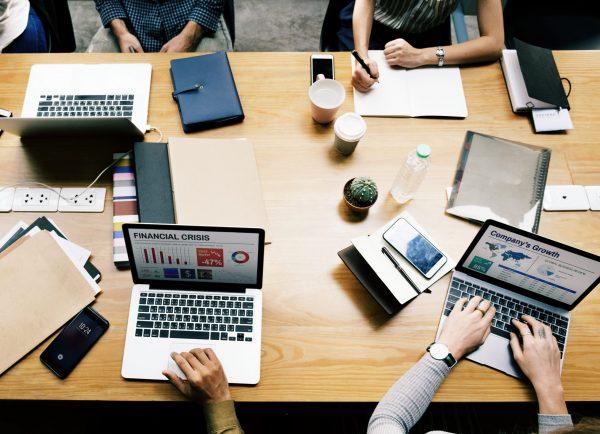 Quản-lý-dự-án-truyền-thống-gắn-liền-với-máy-tính-bàn-làm-việc